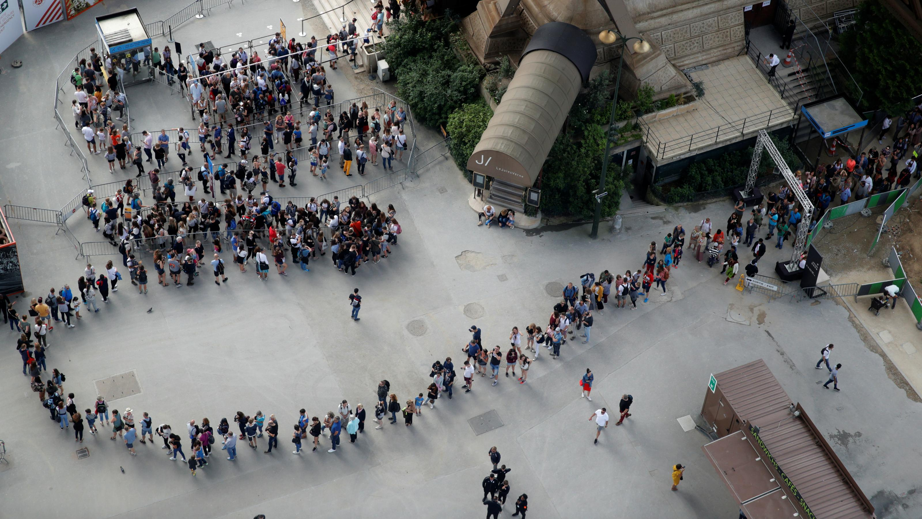 Eiffel-Tower-queue.jpg