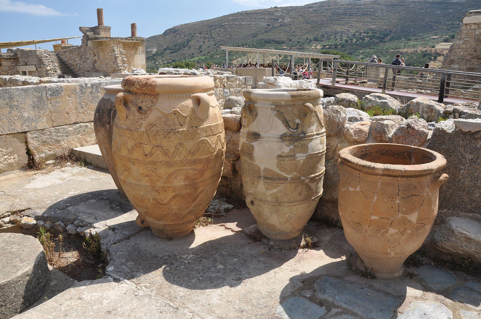 Knossos_pithoi_pottery,_Crete_001.JPG